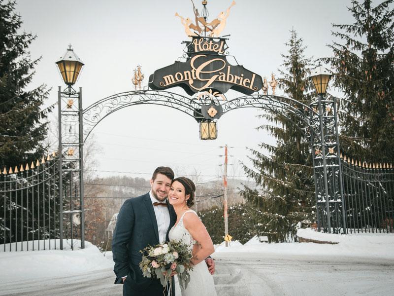 les mariés dans l'entrée du Mont-Gabriel