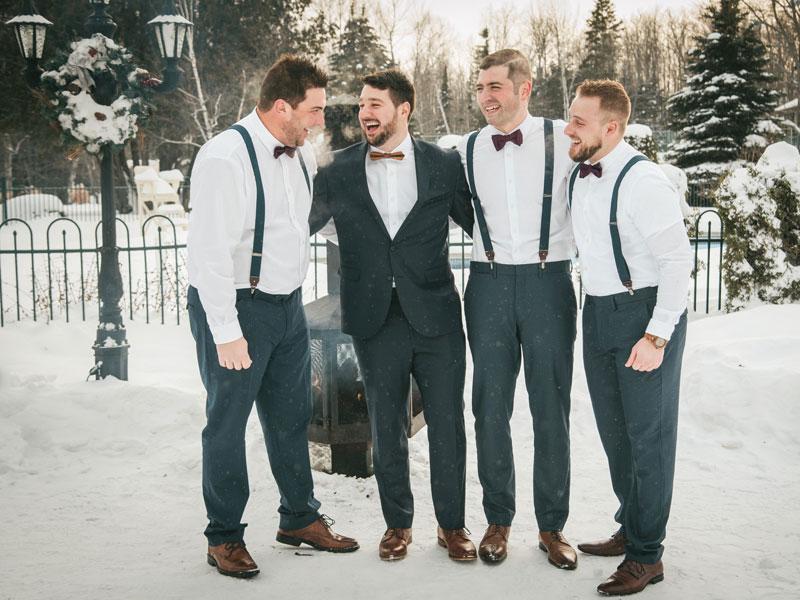 le marié et ses garçons d'honneur dans la neige