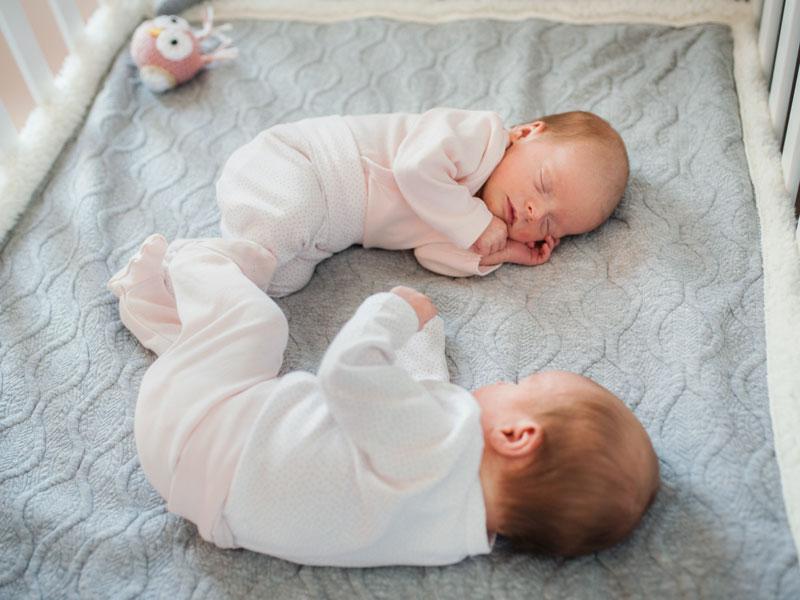 Des jumelles âgées de un mois