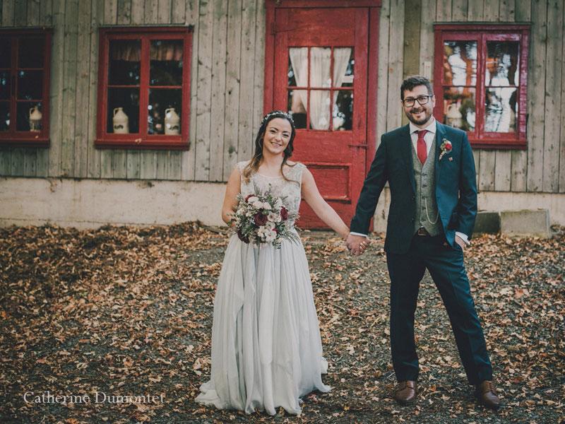 Les mariés devant la Cabane à Sucre Handfield