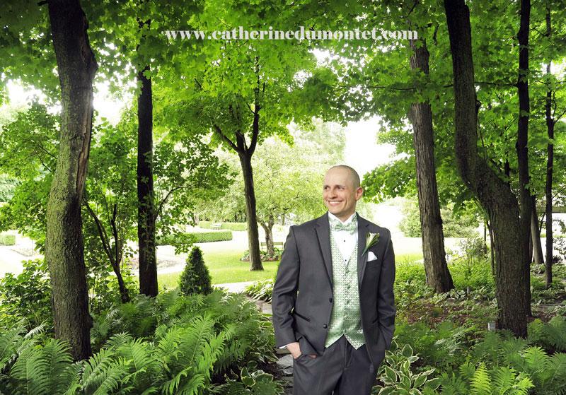 le marié dans la petite forêt du Manoir
