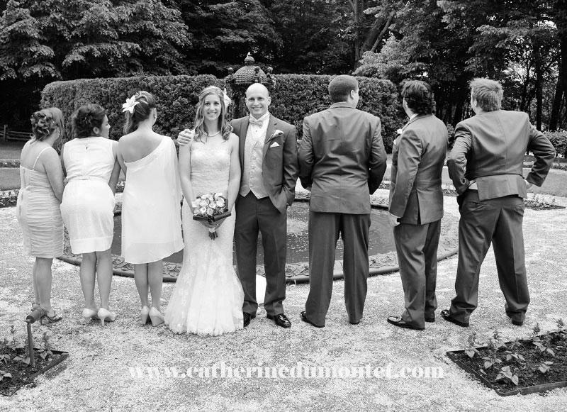 Les mariés s'amusent avec le cortège