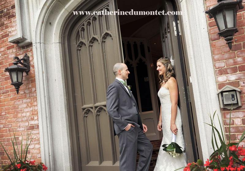 Les mariés à l'entrée du Manoir Rouville