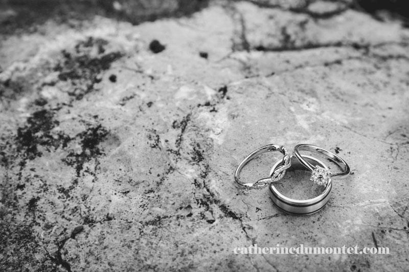gros plan sur les bagues des mariés