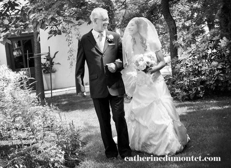 la mariée marchant au bras de son père