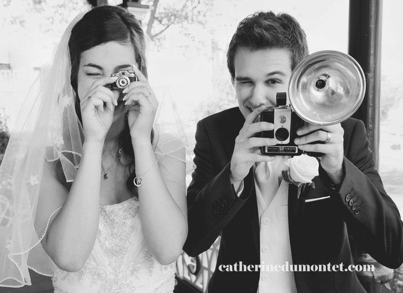 les mariés tenant des appareils photos entre les mains