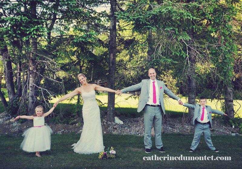 les mariés avec la bouquetière et petit page
