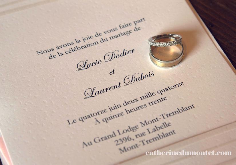 les bagues des mariés sur l'invitation