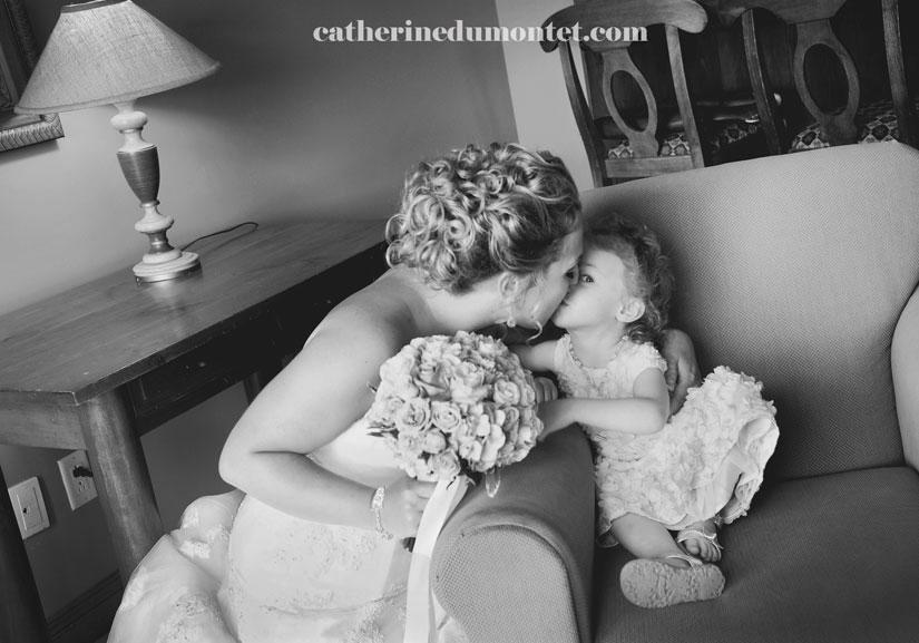 la mariée embrasse la bouquetière