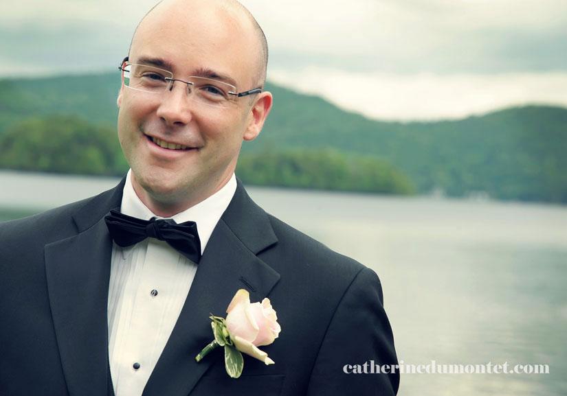 portrait du marié devant le lac