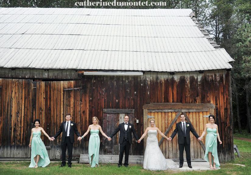 Les mariés et le cortège se tiennent la main au Grand Lodge Mont-Tremblant