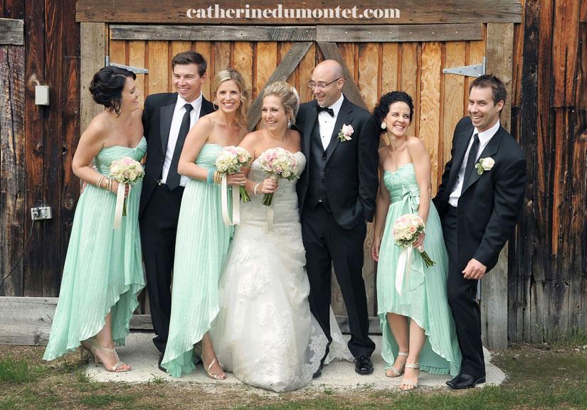 les mariés et le cortège discutent