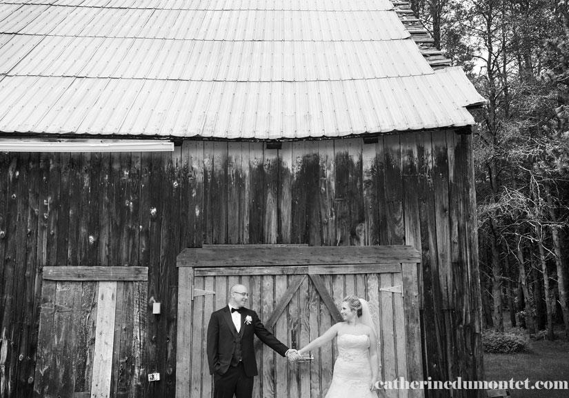 les mariés devant la grange au Grand Lodge Mont-Tremblant