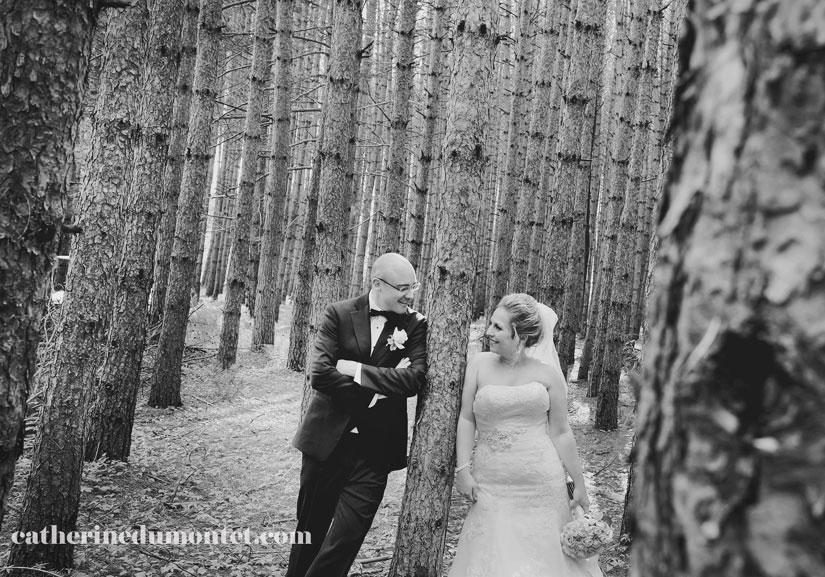 les mariés dans la forêt du Grand Lodge Mont-Tremblant