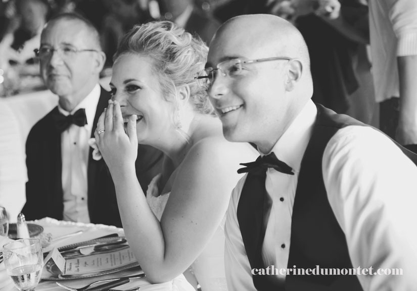 les mariés souriants pendant la réception
