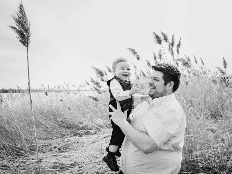 un bébé dans les bras de son père