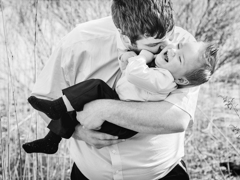 un père s'amusant avec son fils