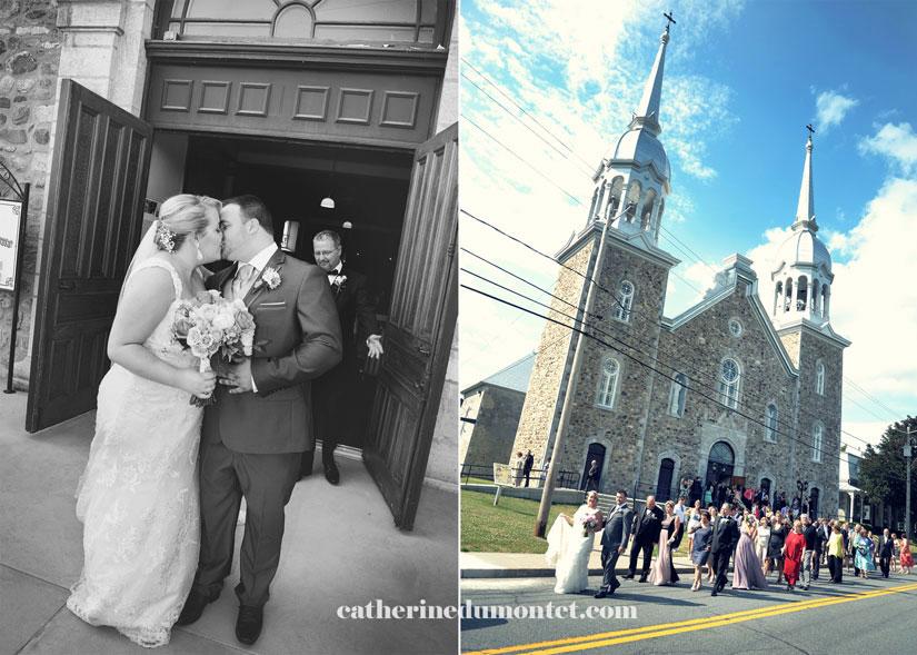 les mariés et les invités marchent