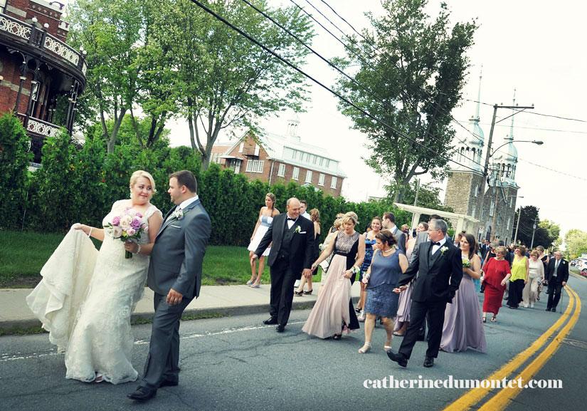 les mariés et les invités marchent vers le Château