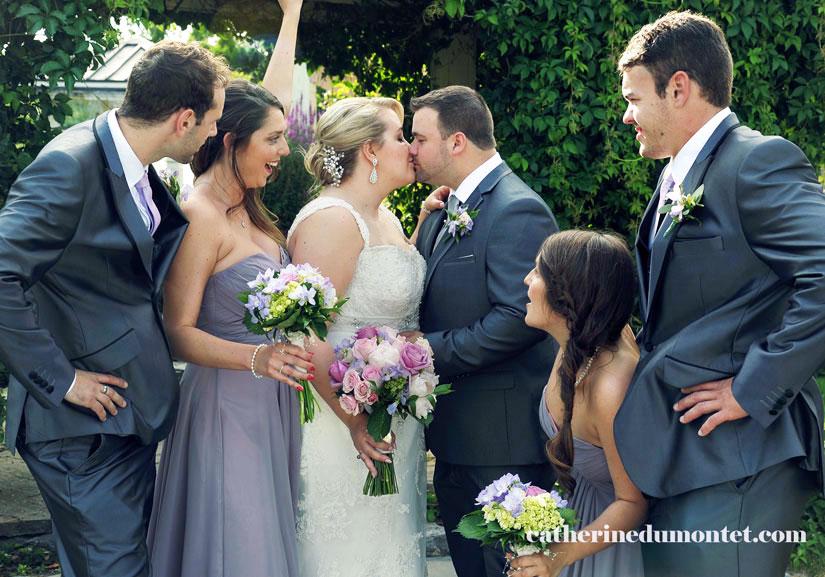 les mariés avec le cortège mariage