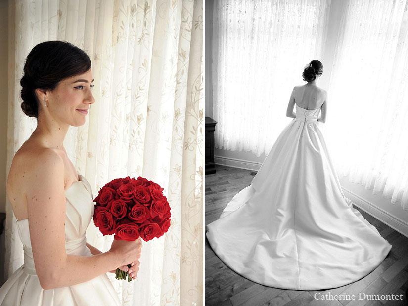 La mariée regarde à l'extérieur