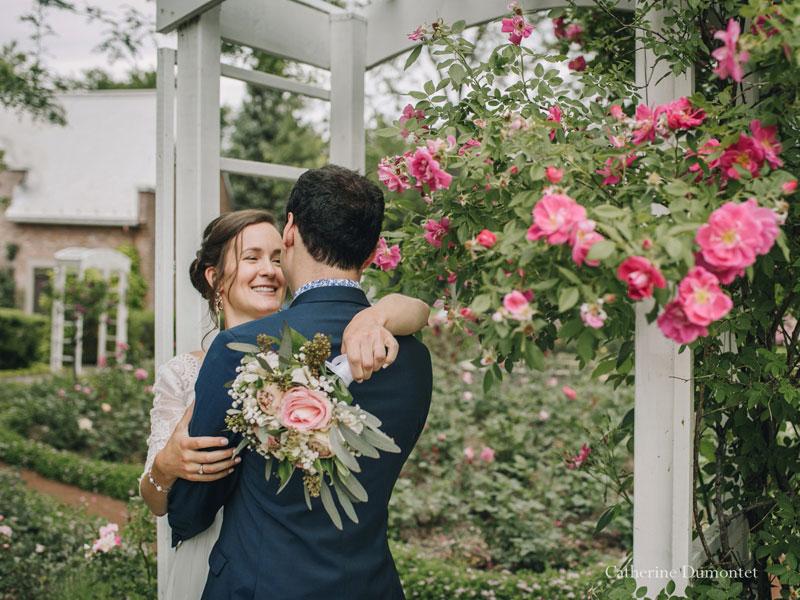 les mariés dans la roseraie du Manoir Rouville-Campbell