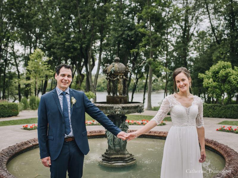 les mariés devant la fontaine du Manoir