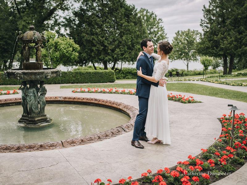 les mariés devant la fontaine au Manoir