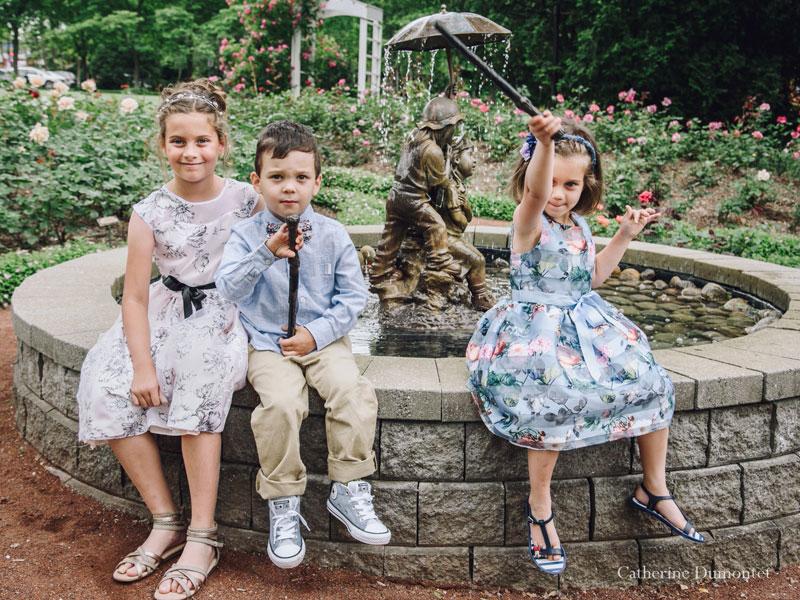 des enfants dans la roseraie