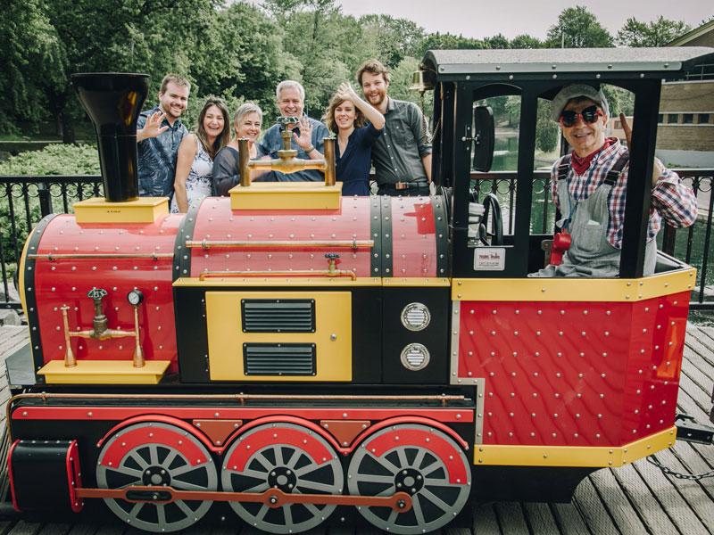 famille derrière un train