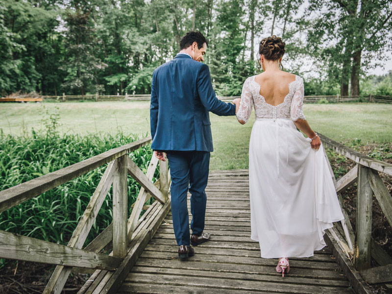 Les mariés traversent le pont
