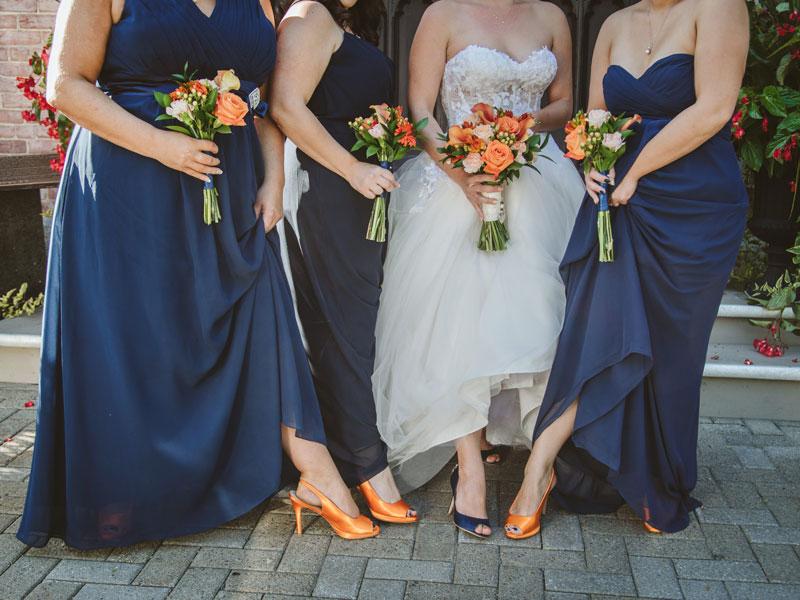 Les souliers et bouquets matchent