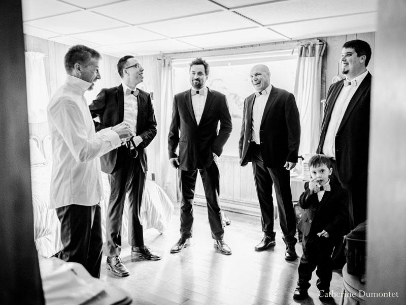 préparation du marié avec ses garçons d'honneur