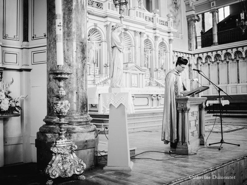 prêtre à l'église St-Irénée à Montréal