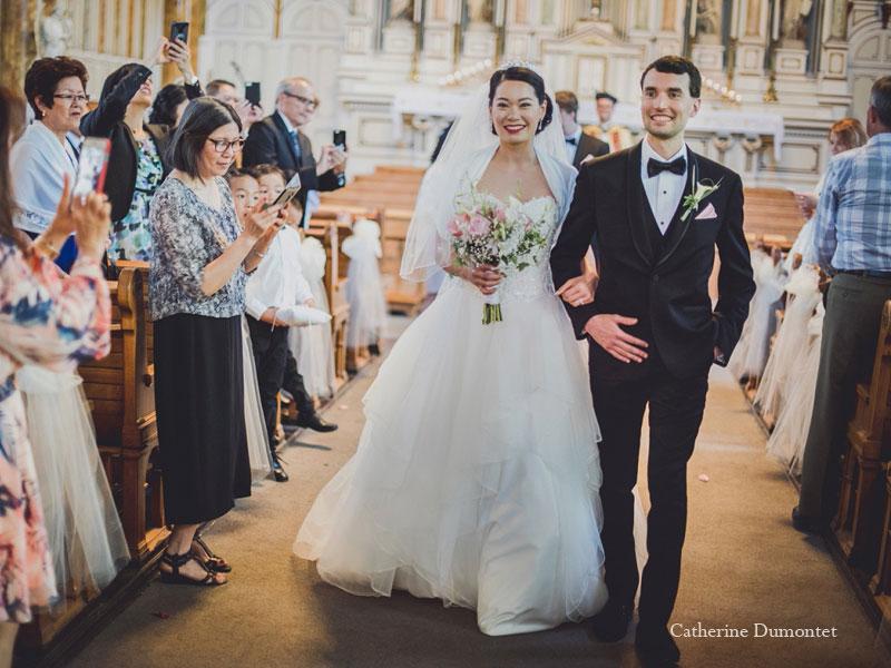 les mariés marchant dans l'allée de l'église