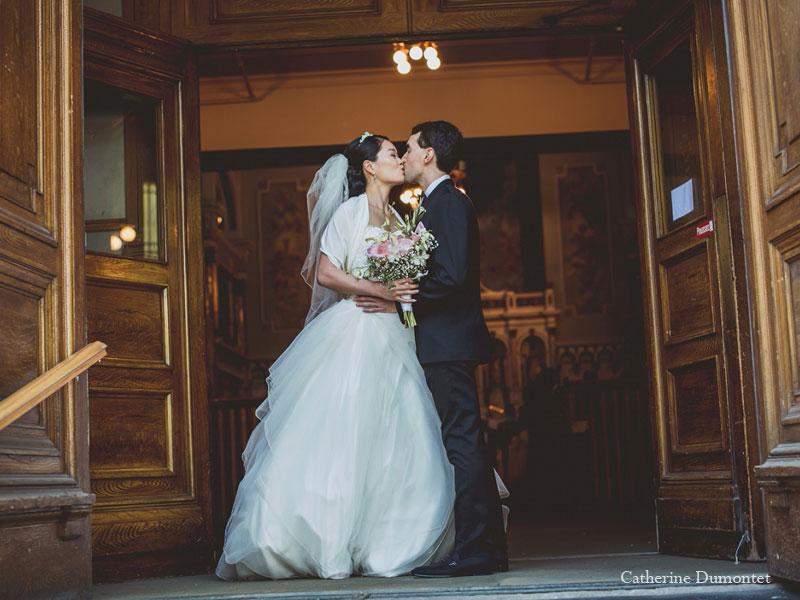 les mariés s'embrassant à l'église St-Irénée