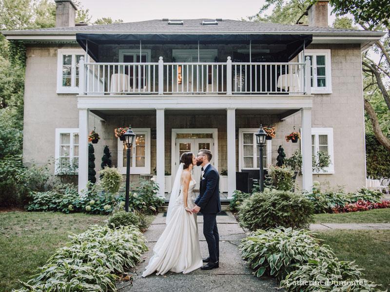 Les mariés devant le Manoir Grant