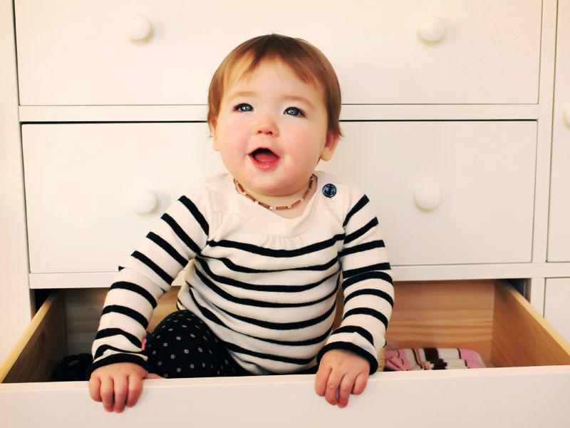 un bébé dans un tiroir de bureau
