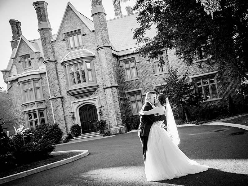 Mariés devant le Manoir Rouville-Campbell