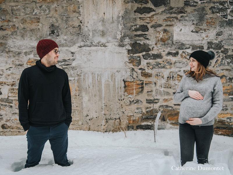 séance photo de maternité dans la neige