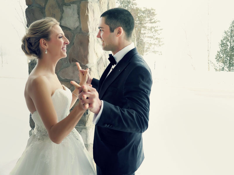 first look winter wedding picture in Tremblant