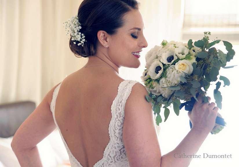 la mariée sent son bouquet de mariage