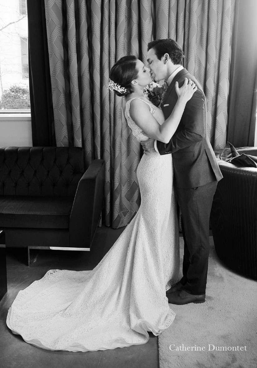 Le couple s'embrasse à l'Hôtel St-Paul