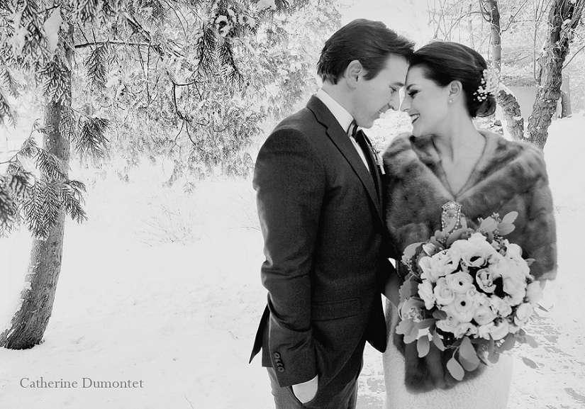 photo noir et blanc des mariés collés