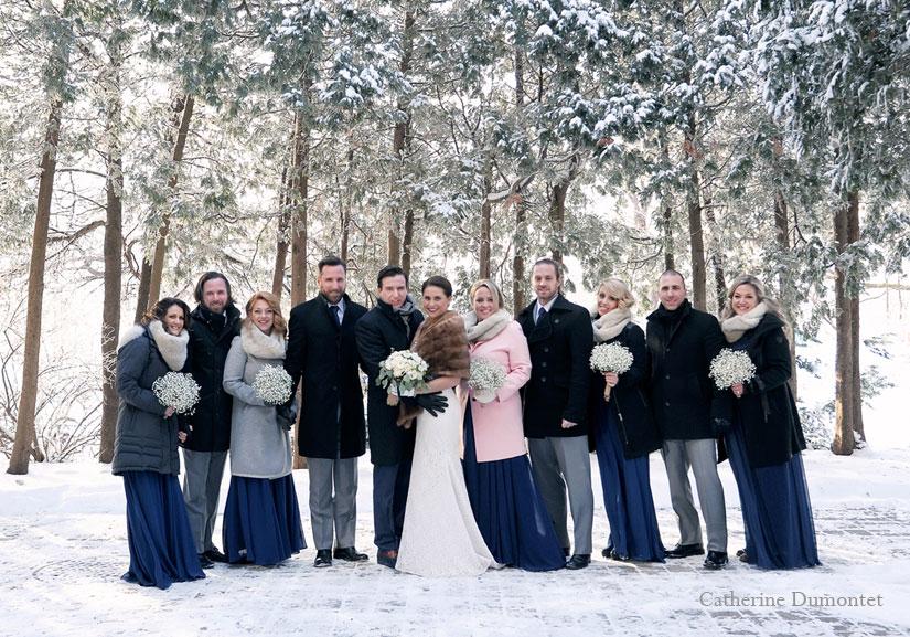 Les mariés et leur cortège dans la neige, en hiver