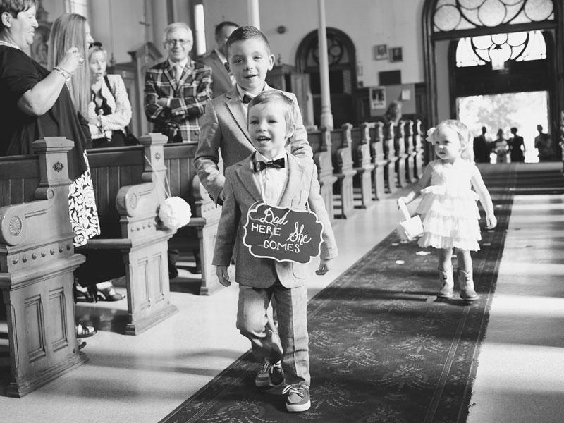 La marche des enfants dans l'allée de l'église