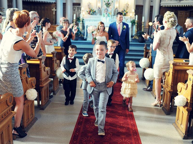 fin de la cérémonie de mariage à l'église