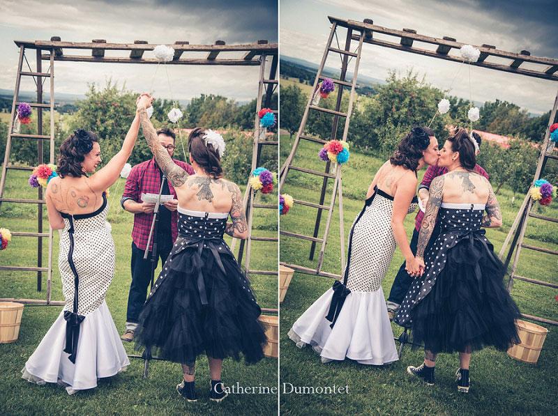 les mariées lors de la cérémonie dans les vergers