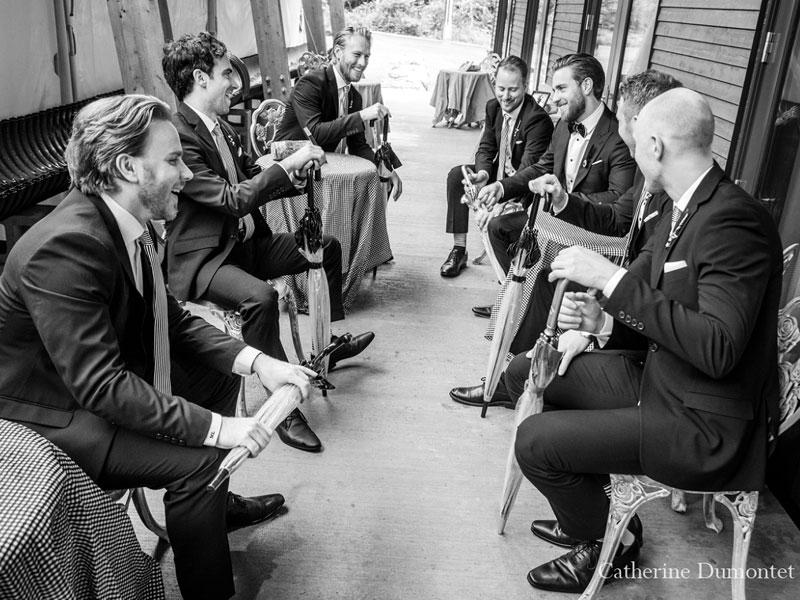 le marié discutant avec ses garçons d'honneur