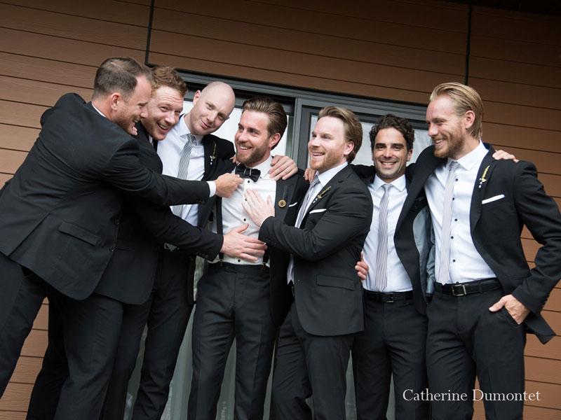 le marié entouré des garçons d'honneur